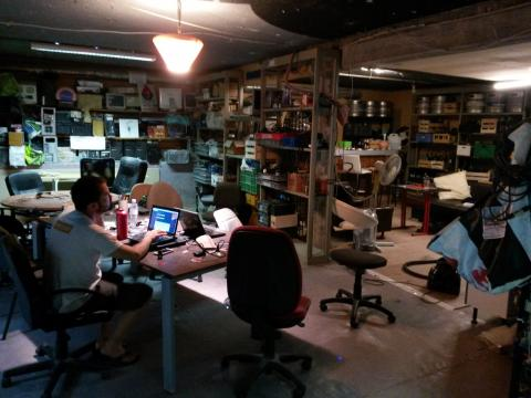 La table centrale en aménagement et l'espace bar au fond
